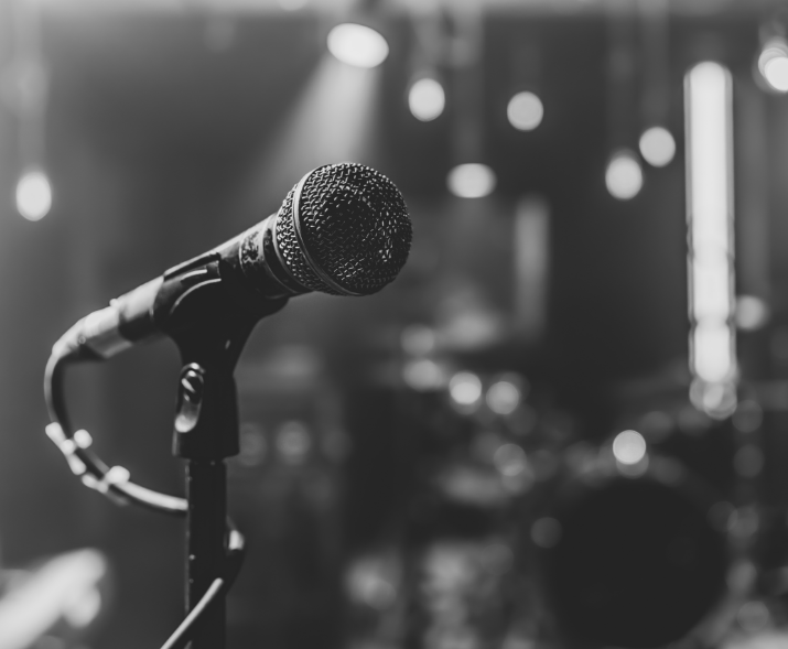 close-up-microphone-concert-stage-with-beautiful-lighting